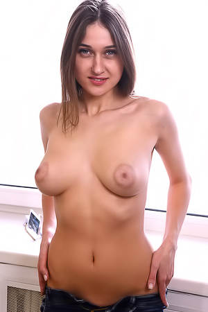 Shannon Gives Few Naughty Close-ups Of Her Shaved Pussy